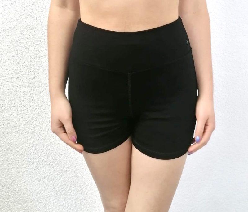 Short pour la danse ou Yoga Ce Shortest confortable et permet une grande liberté de mouvements. Ce short possède une large taille élastiquée qui permet un bon maintien. Il se porte avant et après chaque cours de Danse, pendant l'échauffement à la barre et même pendant les cours de barre à terre. Il peut également se porter chez soit.