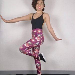 Ce legging bordeaux est parfait pour la pratique du Yoga, Pilates , Fitness ou la danse. Il possède un large élastique pour un meilleur maintien et confort. Ce legging a de très jolie motifs de rose rouge et blanche. Son tissu stretch et doux pour un grand confort. Il mets en valeur le travail des jambes.