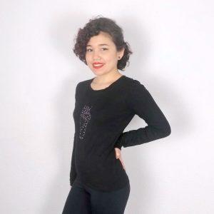 T-shirt à manche longue pour la danse ou Yoga. Ce t-shirt possède un dessin de pointe avec des petits strass roses et argentés. Elle possède une encolure ronde. Sa matière est très agréable et confortable. Elle est aussi anti-transpirante. Elle peut se porter autant à la maison que pour le yoga.