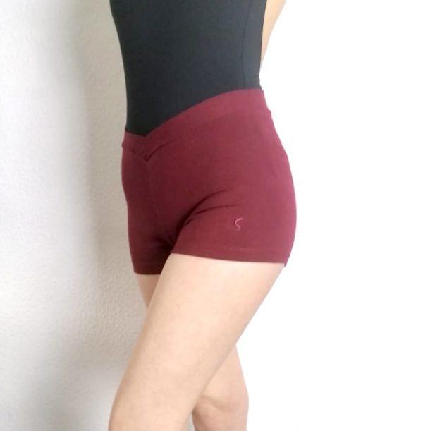 Ce Shortest confortable et permet une grande liberté de mouvements. Ce short possède une taille élastiquée qui se croise sur le devant afin de mettre en avant votre taille. Il se porte avant et après chaque cours de Danse, pendant l'échauffement à la barre et même pendant les cours de barre à terre.