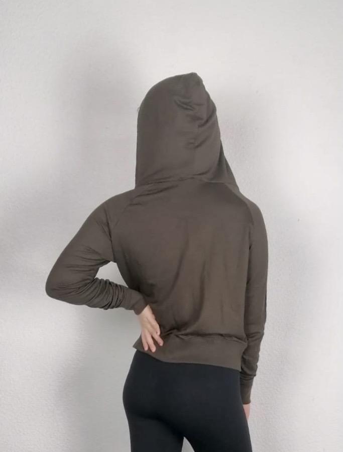 T-shirt court pour la danse, fitness ou Yoga /Pilates Ce t-shirt court à manches longues possède une capuche. Il possède une encolure arrondie très décolleté. Ce haut a une fermeture à glissière qui permet de le porter ouvert ou fermé selon ses envies. Deux petites poches avec une fermeture à bouton permet d'y mettre ses clés. Sa matière est très agréable et confortable. Elle est aussi anti-transpirante. Ce Haut peut se porter pour toutes activées sportives