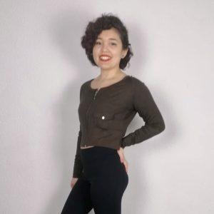 T-shirt court pour la danse, fitness ou Yoga /Pilates Ce t-shirt court à manches longues possède une encolure arrondie. Il y a une fermeture à glissière qui permet de le porter ouvert ou fermé selon ses envies.