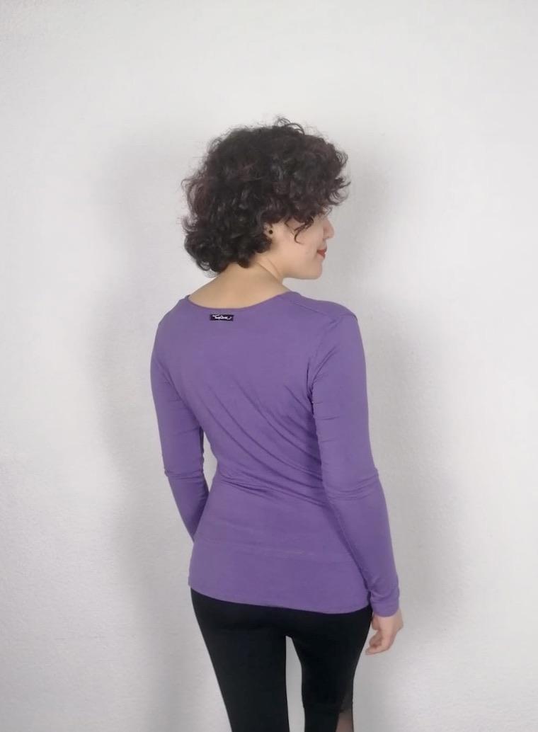 T-shirt à manche longue pour la danse ou Yoga. Ce t-shirt mauve est en viscose de bambou. Elle possède une encolure en V avec une couture en diagonale. Sur le côté droit du t-shirt se trouve des plis. Dans le bas de ce haut, un empiècement permet de le rallonger. Sa matière est très agréable et confortable. Elle est aussi anti-transpirante. Elle peut se porter autant à la maison que pour le yoga.