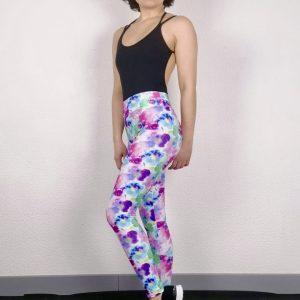 Ce legging fleuri est parfait pour la pratique du Yoga, Pilates , Fitness ou la danse. Il possède un large élastique pour un meilleur maintien et confort. Ce legging a de très jolie motifs de fleurs abstraites dans les tons rose, violet et bleu avec une touche de vert. Son tissu stretch et doux pour un grand confort. Il mets en valeur le travail des jambes.