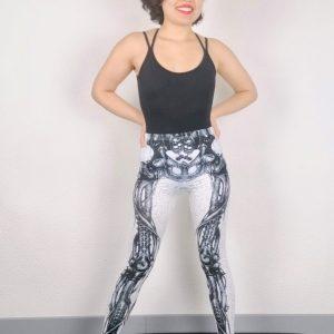 Ce legging est parfait pour la pratique du Yoga, Pilates , Fitness ou la danse. Il possède un élastique pour un meilleur maintien et confort. Ce legging blanc a un imprimé de squelette mécanique très réaliste. Son tissu stretch et doux pour un grand confort. Il mets en valeur le travail des jambes.