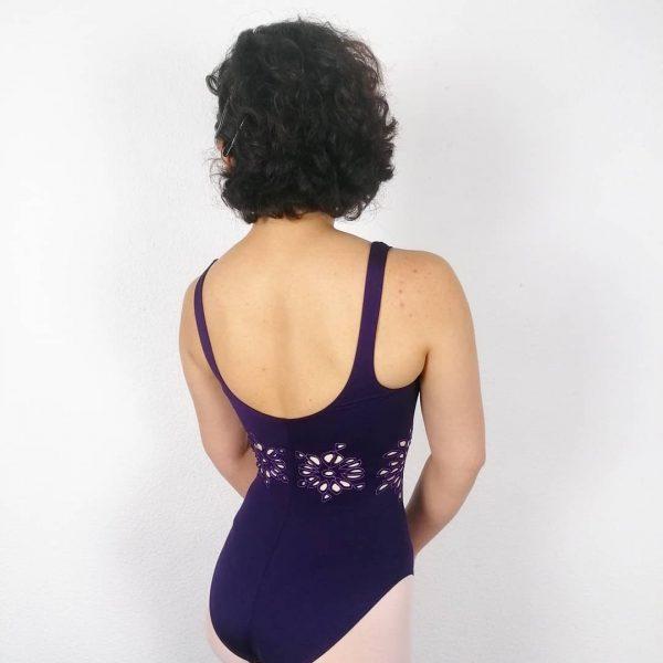 Ce justaucorps à manches courtes bi-matières fait parti de la collection Mirella de la marque Bloch. Il possède une encolure ronde avec des bretelles. Justaucorps avec un décolleté rond dans le dos. Sur le milieu se trouvent des fleurs stylisées aux pétales ajourés et ré-haussés de piqures bleues. Son encolure allonge la silhouette et vos mouvements. Agréable à porter, confortable, ce justaucorps est grandement absorbant. Il convient parfaitement aux ados et aux adultes.
