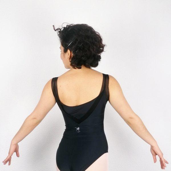 Justaucorps de danse à larges bretelles Ce justaucorps possède une encolure devant droite. Celle-ci est accentuée par une découpe V en résille partant des bretelles. La résille apporte beaucoup de délicatesse et de modernité au justaucorps. Ce justaucorps est doublé sur la partie avant. Ce justaucorps de danse est de fabrication Française, il est réalisé par la maison Degas