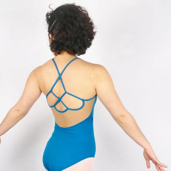 Justaucorps de danse unique créer spécialement pour ADC Danse ! L'encolure de devant est arrondie avec un décolleté en résille dorée qui laisse transparaître la peau. Le décolleté descend jusqu'au dessus de la poitrine. Sa matière et sa coupe parfaitemettront votre alignement postural en valeur. Agréable à porter, confortable, ce justaucorps est grandement absorbant. Ce justaucorps est doublé sur la partie avant. Le dos possède des bretelles croisées formant des gouttes et dessous se trouvent un empiècement en dorée qui descend jusqu'en bas du dos.