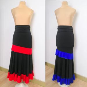Cette Jupe longue est parfaite pour leflamenco ou danse de caractère. La jupe noire possède un empiècement de tissu avec une couleur unie qui est positionné de horizontalement et légèrement en biais. Le deuxième empiècement de la même couleur se trouve en bas de la jupe. La jupe est fabriquée de sorte à avoir un beau volume lorsqu'elle est en mouvement.
