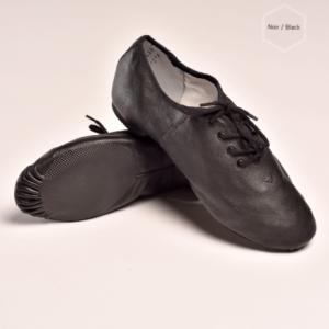 Description: Ces chaussures de jazz LEO à lacets sont en cuir véritable, doux et durable. La bi-semelle EVA permet une bonne flexibilité du pied, ces chaussures accompagnent parfaitement les mouvements des pieds. Le modèle LEOest unisexe. Le laçage s'effectue sur le dessus du pied, pour un ajustement parfait. Elles sont dotées d'un petit talon d'environ 1cm en gomme, pour assurer un bon amorti et protéger vos articulations. Ces chaussures de danse ont une doublure absorbante en coton, et à l'intérieur de la semelle intérieure se trouve une mousse protectrice qui absorbe les chocs.