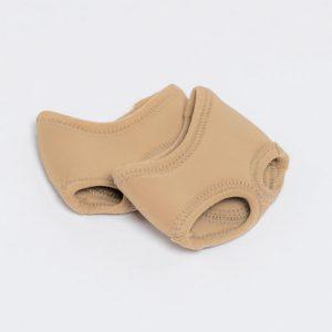 """Les pédilles, aussi appelée """"string de pied"""" protègent les métatarses lors de la rotation du pied sur le sol et assure une adhérence parfaite grâce aux patins suède. Les pédilles NOTY de la marque DANSEZ-VOUS possèdent une ouverture pour le gros orteil et une autre pour les 4 autres orteils. Sa matière en néoprène molletonné est d'un excellent confort et assure une bonne protection du pied. Idéal pour le jazz et la danse contemporaine."""