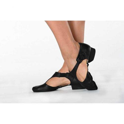 Ces sandales grecques pour professeur de danse ou entraînements sont en cuir véritable, doux et durable. Une boucle de fermeture vous permettra d'ajuster parfaitement la chaussure à votre pied pour un confort optimal. Bi-semelle en suède reliées entre elles par 2 élastiques, pour accompagner parfaitement les mouvements des pieds. Elles sont dotées d'un petit talon d'environ 2cm pour assurer un bon amorti, protéger vos articulations et soulager le tendon d'Achille. Ces chaussures de danse ont une doublure absorbante en coton.