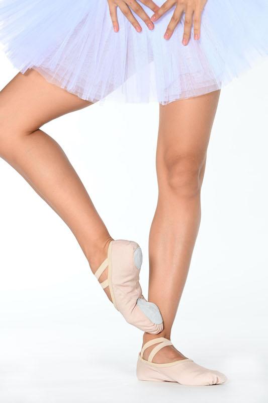 Ces nouvelles Demi-pointes de la marque Dansez-vous, sont en toile. Elles sont bi-semelles nubuck. Elles ont un biais élastiqué pour un meilleur maintient du coup de pied. Les élastiques cousus en croix permettent de garder le chausson bien en place sur le coup de pied. Elles sont confortable et résistante. Ces demi-points ont un excellent rapport qualité/prix. Sa nouvelle forme permet d'avoir les orteils bien à plat dans le chausson. Le travail du pied sera plus efficace. Le fait de ne plus avoir un cordon de serrage évitera les plis et donnera un plus grand confort. Nous conseillons ces Demi-pointes pour les enfants ou les débutants en danse Classique.
