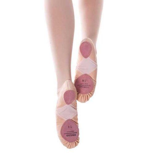 Les demi-pointes CH90ET de la marque DEGAS sont réputées pour leur qualité et leur grand confort. Elles sont entièrement montée à la main en France. Composées d'un tissu en toile à la fois doux et résistant ainsi que d'un triangle en Meryl sous la voûte plantaire, elles permettent plus de souplesse et sublimerons votre coup de pied. Les élastiques cousus en croix permettent de garder le chausson bien en place sur le coup de pied. Dotées d'un cordon de serrage, elles sont confortables et résistantes. Nous conseillons ces Demi-pointes pour les concours dedanse Classique.